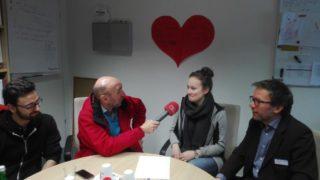 Andreas Melliwa von Radio Sauerland interviewt angehende Therapeuten und den Akademieleiter (Foto: Schaub BATh)