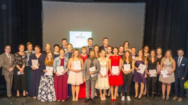 Glücklich und beseelt von einer Vision nahmen die 27 Absolventinnen und Absolventen der Bildungsakademie für Therapieberufe ihre Zeugnisse entgegen. Foto: SMMP/Ulrich Bock