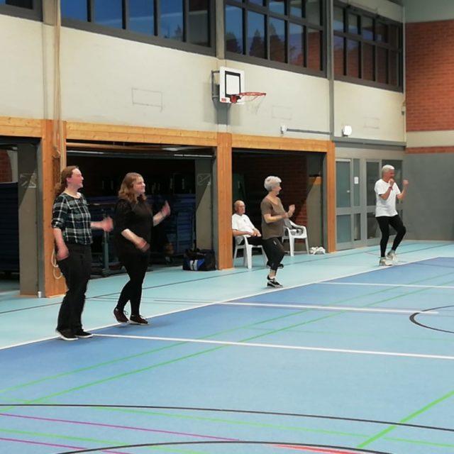 Herzsportgruppe und Lernende in Aktion