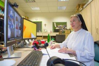 Schwester Theresita Maria Müller lädt alle 250 online verbundenen Teilnehmerinnen und Teilnehmer zu einer Licht-Übung ein. Foto: Ulrich Bock