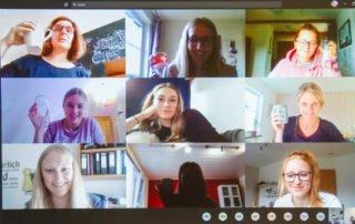 Hoch die Tassen: Zum Abschluss des Vormittages treffen sich die Lernenden im digitalen Klassenzimmer noch zu einem Austausch. Sie präsentieren sich gegenseitig Fotos und zeichnen an der Whiteboard. Foto: Ulrich Bock