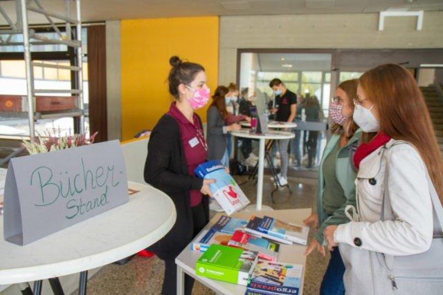 An Infopoints hießen die Auszubildenden der Ober- und Mittelstufe die neue Unterstufe willkommen. Foto: Ulrich Bock