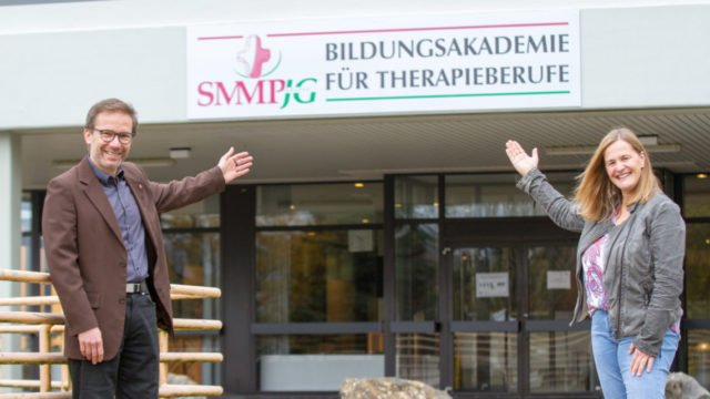 Der Leiter der Bildungsakademie, Andreas Pfläging, und seine neue Stellvertreterin Sonja Kemper vor dem Eingang der Einrichtung im Franz Hoffmeister-Schulzentrum. Foto: Ulrich Bock